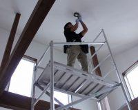 茅ヶ崎市 戸建て 2階リビング 傾斜天井 シーリングファンライト 取り付け工事 事例